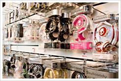 Skullcandy, Sennheiser, philips, AKG och många andra märken på hörlurar finns att välja på direkt i butiken.